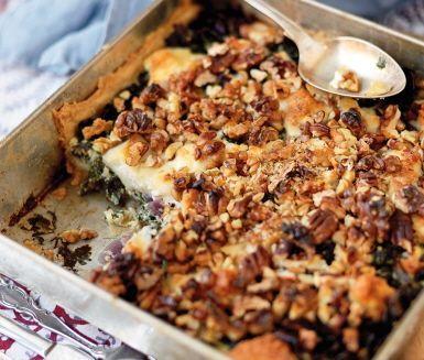 En vegetarisk matpaj lagad på vinterns gröna guld – grönkålen. Pajen passar såväl som en huvudrätt som på buffébordet, och är till exempel säsongsmässigt helt rätt som grönt tillbehör på ett julbord. Grönkål tillsammans med getost och valnötter gör den här pajen till en vegetarisk storfavorit.