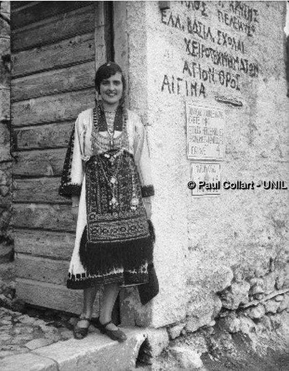 Δελφοί, γυναίκα με παραδοσιακή ενδυμασία, 1927. Paul Collart 1926 έως 1938.   L'espace audiovisuel et multimédia de l'Université de Lausanne