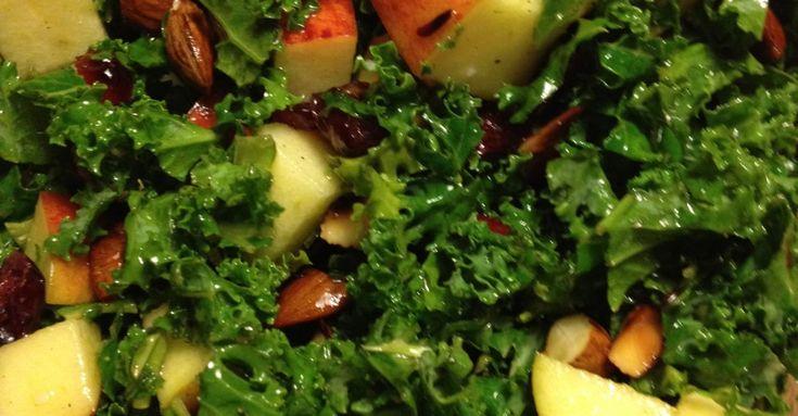 Grønkålssalat med æble og mandler ‹ healthyskinnybitch.dk