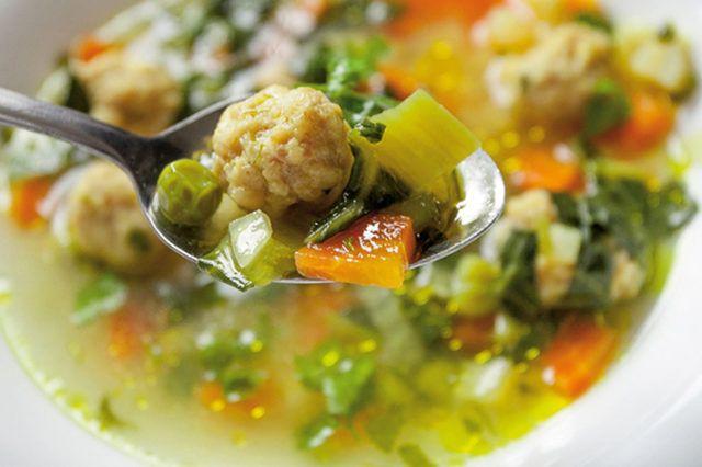 Zeleninová polievka s kuracími knedličkami