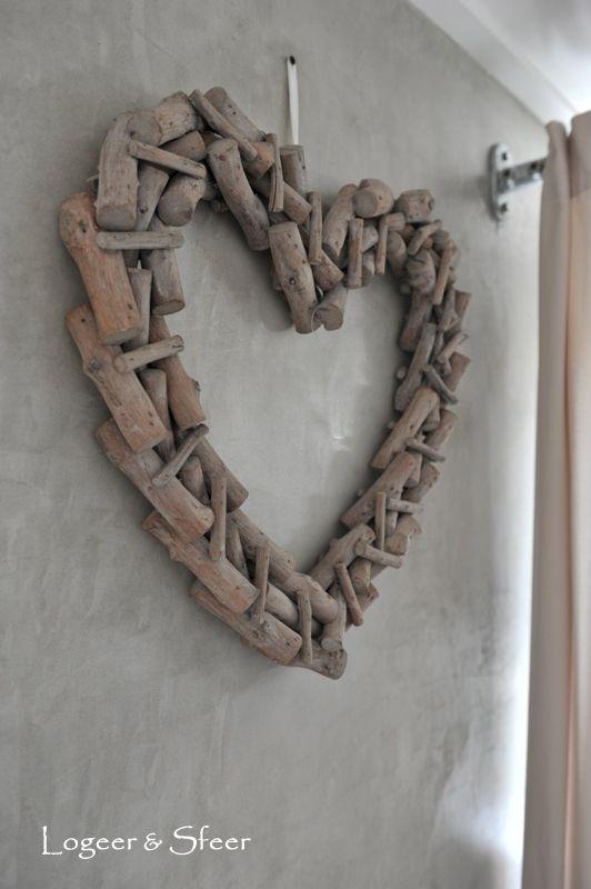 Groot stoer hart van stukjes hout  http://www.mijnwebwinkel.nl/winkel/logeerensfeer/c-887410/woonaccessoires/