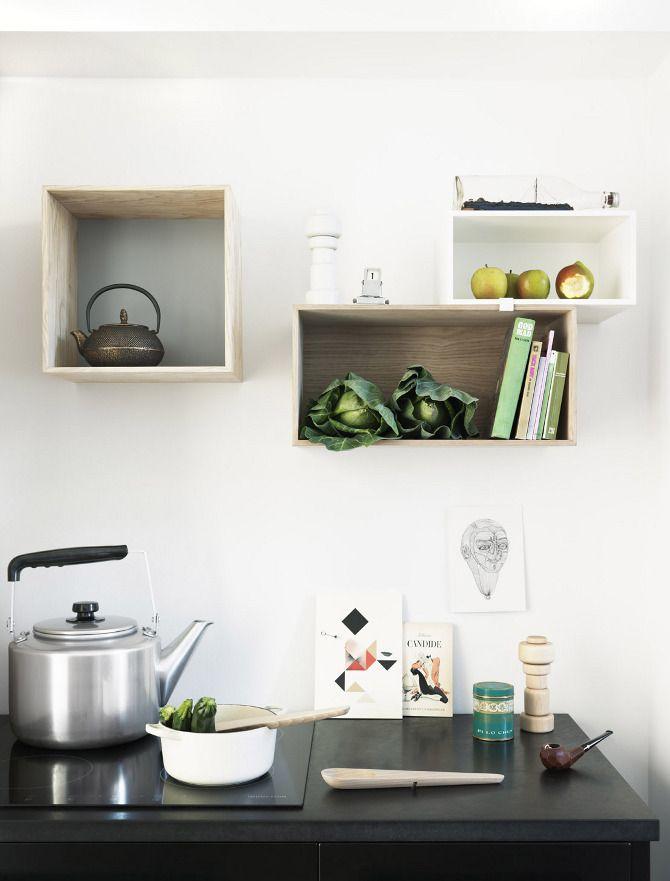 Stacked Regalsystem von Muuto. Auch in der Küche sind die einzeln aufhängbaren Regal-Boxen äußerst nützlich - fröhliches Kombinieren des Stauplatzes wünscht ikarus: http://www.ikarus.de/marken/muuto.html