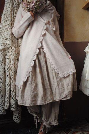 Veste rose poudré en laine festonnée au crochet...