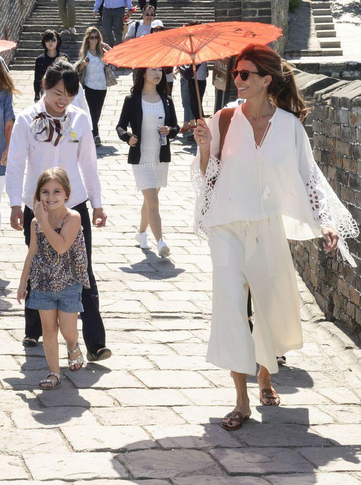La primera dama argentina, Juliana Awada, recorrió la Muralla China acompañada por su hija Antonia (NA)