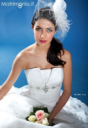 Acconciatura sposa con capelli raccolti in basso e di lato con veletta bianca e chic.  Guarda altre immagini di acconciature sposa: http://www.matrimonio.it/collezioni/acconciatura/2__cat