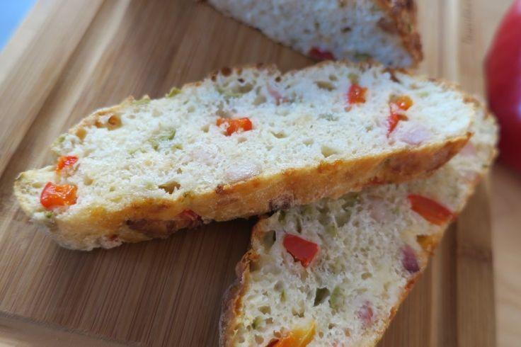 Toto je neskutočný chlebík ♡ Vlastne ani neviem, či ho mám skôr nazvať chlebom alebo pizzou:) Vyzerá ako chlebík, chutí ako pizza. Tak či tak, nikdy by som nepovedala, že z chlebíka sa dá vykúzliť takáto hra pre chuťové poháriky....