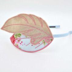 Serre-tête romantique, plume en feutrine beige et rose et feuille en tissu liberty bleu, rose et vert