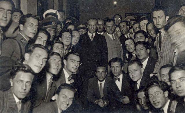 Mustafa Kemal Atatürk'ün İstanbul Üniversitesi'ni ziyaretinde öğrencilerle çekilmiş fotoğrafı.