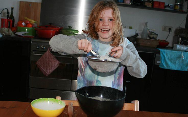 Annemijn, zelfrijzend bakmeel zeven voor de eierkoek. REcept komt van Smulpaapje.nl en vind je ook op kidsinthekitchen.nl- Kids in the Kitchen