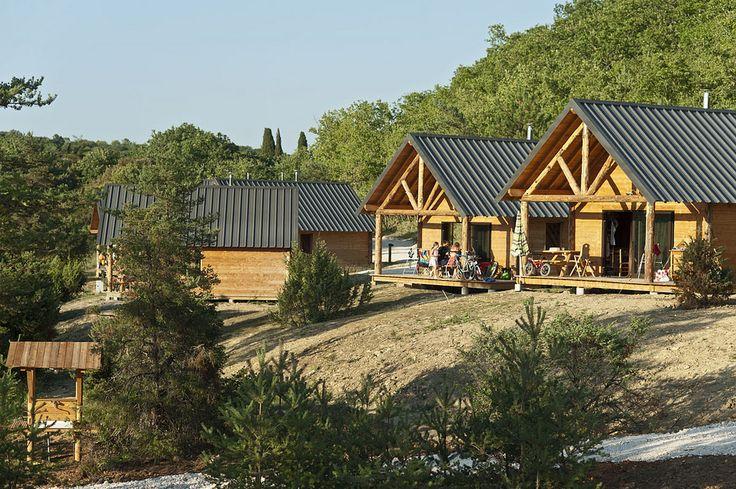 Vue des chalets en bois exceptionnelle sur la vallée ! #chalet #camping #huttopia