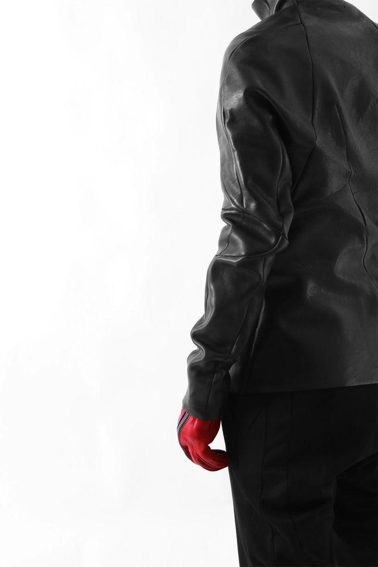 """Material1. Horse LeatherCupra 100% [起毛キュプラ] PRODUCTION AREAMade in Japan  About individual sentimentsDesigner:非公開「STRAINISM」ストレイニズム=緊張主義をコンセプトに掲げ、作り手、着る人にも緊張感とそこに得られる高揚感を与えるプロダクトをテーマにベーシックなスタイルを解体、再構築する。そこに、マイナスイメージをも""""美""""とする独自の耽美感を加えた中毒性のあるリアルクローズを提案。レザー、テーラードをシグネチャーとし革の開発技術、テーラー技術の繊細で徹底した作りこみ、また鉄製のオリジナル金具の持つインダストリアル工業的な硬く冷たい表情からも緊張主義を主張します。"""