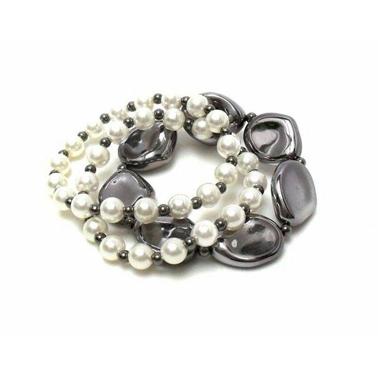 Perfeita para mães clássicas, lindas, cheias de charme e estilo...E perfeita para você também que anda com o bolos apertado 🎀 R$ 36 🎀. 🎉🎁👏💟👸 #pulseiras #pulseirismo #moda #tendencia #perolas #presente #diadasmaes #bracelet #fashion #trend #pearls #mothersday #gift #instafashion #instalike #instalook #instagood