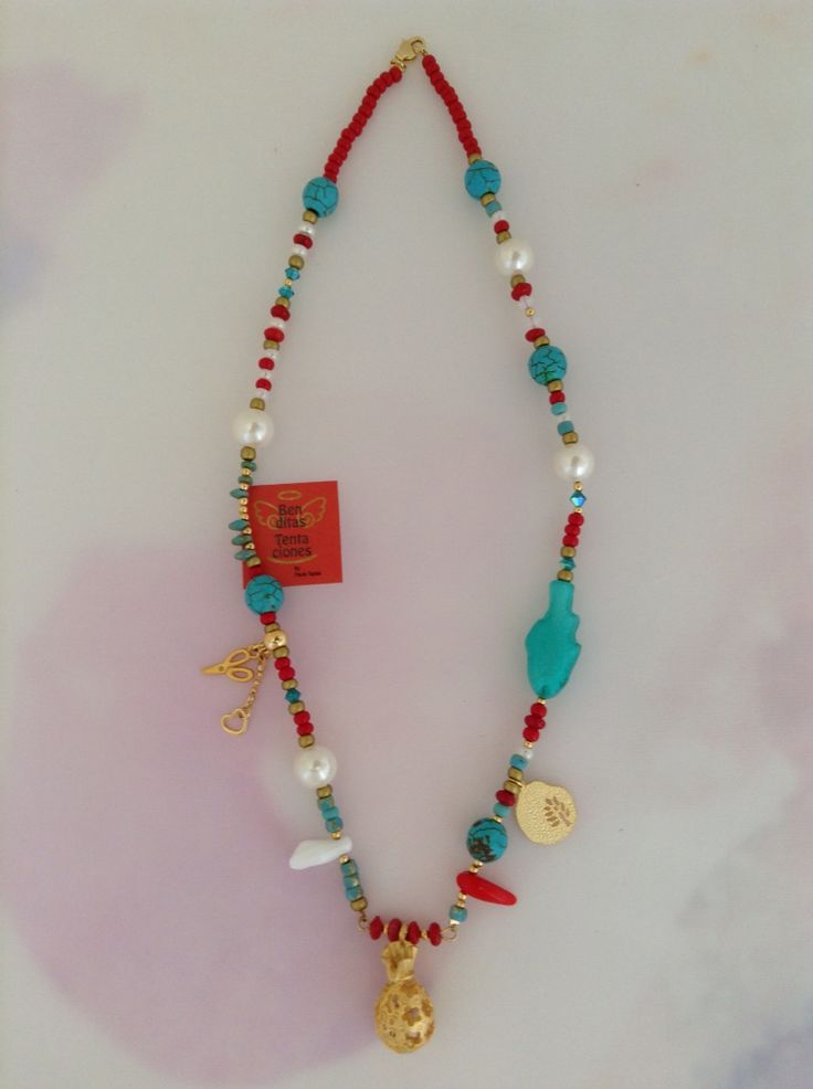 Collar con perlas de nácar, turquesas, Swarovski, dijes con baño en oro de 24k. Ref.p131. benditas_tentaciones@yahoo.com