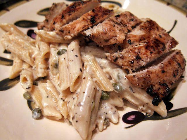 Μια εύκολη Ιταλική συνταγή για ένα πεντανόστιμο πιάτο. Κοτόπουλο στη σχάρα με πένες και κρεμώδη άσπρη σάλτσα κάπαρης.    plainchicken.com