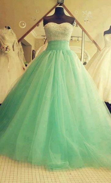 un vestido sencillo tambien es moda todo lo que combina como este vestido verde agua con cristales en la parte del top