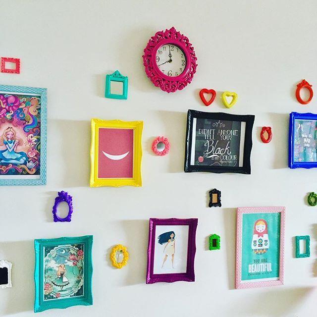 WEBSTA @ simoneiwai - Um relógio pra completar a família #relogio #parede #relogiodeparede #wall #clock #wallclock #wall #walldecor #parede #decoracaodeparede #quadros #quadrinhos #homedecorating #homedecor #homedecorate #alicenopaisdasmaravilhas #aliceinwonderland #pocahontas #cheshirecat #matrioshka #matrioszka #heart #coracao #moldura #moldurinha #mirror #espelho