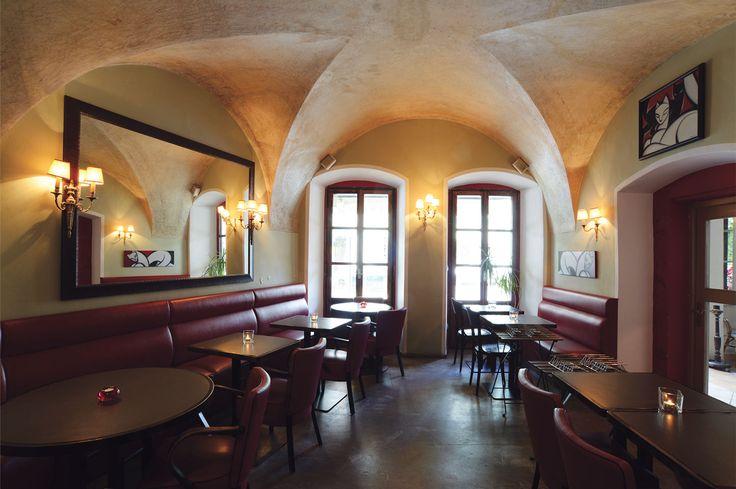 An einer der schönsten Stellen in der Stadt inmitten der Prager Kleinseite befindet sich das  französische Restaurant Cafe de Paris. Hier kann im angenehmen Ambiente die Spezialität des Hauses das Entrecôte Café de Paris oder ein Glas guten französischen Weins genossen werden.