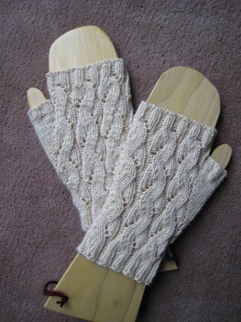 Emilee Dee Mitts -- free fingerless glove pattern by Paula McKeever/Snapper Knits