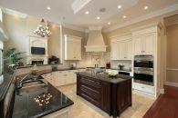 שימוש בקרניזים בעיצוב קירות המטבח