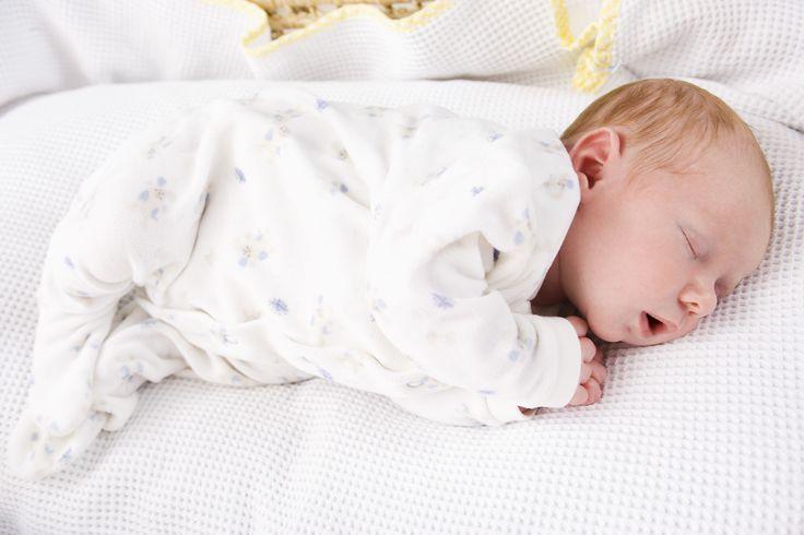Especialista ensina técnica para o bebê dormir 12 horas por dia
