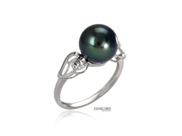Jeśli pierścionek ma przykuwać uwagę otoczenia, proponujemy nieco większą perłę. Jeśli ma intrygować - niech to będzie perła Tahiti. Godną jej oprawą będzie białe złoto z dodatkiem błyszczących diamentów. #perły #pearls #pierścionek #ring #perła #pearl #biżuteria #jewellery #diamonds #tahiti #diamenty #złoto #gold #wings