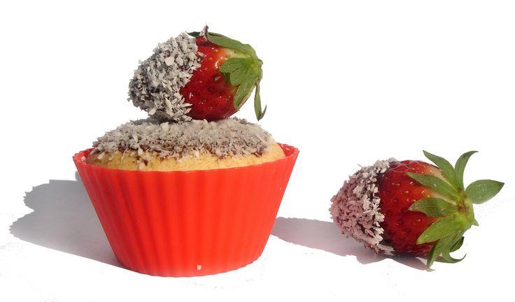 Queques de Côco com Morangos e Chocolate: 1 pacote de preparado de bolo de côco 16 morangos 100g tablete de chocolate côco q.b.