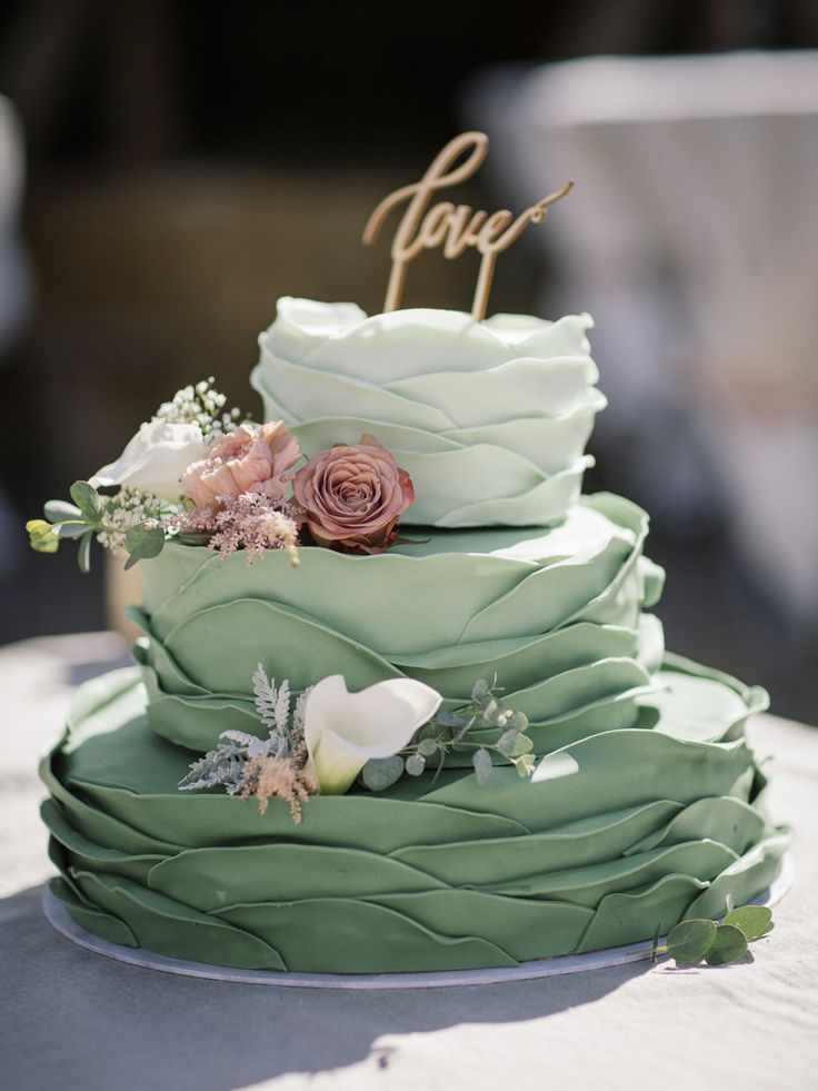 Rustic green wedding cake with flowers made by our good friend Anja. Karma and Cake. Nordic Park. Bryllupskage. Love. NordicPark.