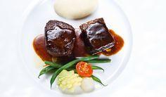 Costoletta brasata e filetto di manzo Tajima, salsa al vino rosso e prugne, purea di patate
