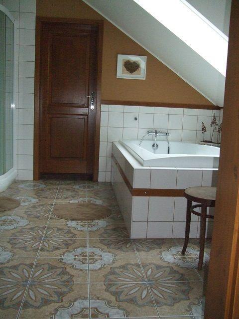 love the floor tiles...