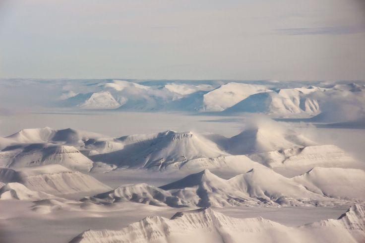 As Svalbard são um arquipélago que pertence à Noruega e que se localiza no coração do Árctico entre os 740N e os 810 N de latitude, bem próximo do pólo Norte. A pouco mais de 1000 km do Pólo Norte, Svalbard é território gelado mas que, apesar de possuir um clima polar árctico, muito seco …