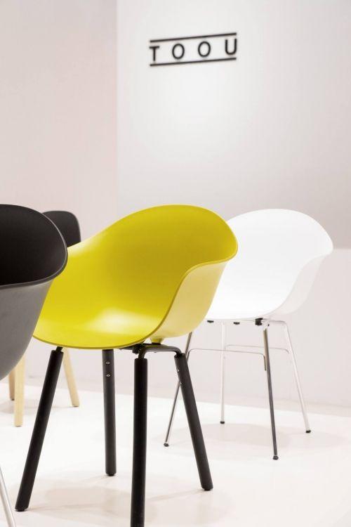 De sierlijke kuipen zijn gemaakt van kunststof. Het onderstel is verkrijgbaar in 3 verschillende varianten: wit, zwart en chroom. Het chromen onderstel in combinatie met de eenvoudige zitkuip geeft deze stoel een modern uiterlijk. De stoel is makkelijk schoon te maken. | gewoonstijl.nl