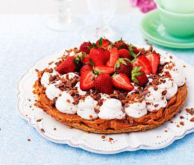 Detta är den GODASTE och enklaste tårtan någosin! Jag-dör-vad-god. Recept: Koladröm med daimgrädde och jordgubbar