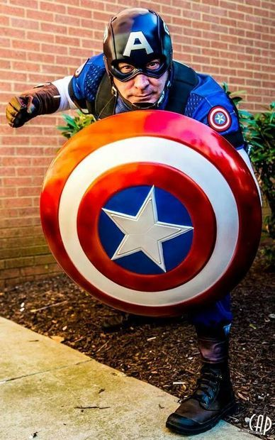 Character: Captain America (Steve Rogers) / From: MARVEL Comics 'Captain America' / Cosplayer: Unknown