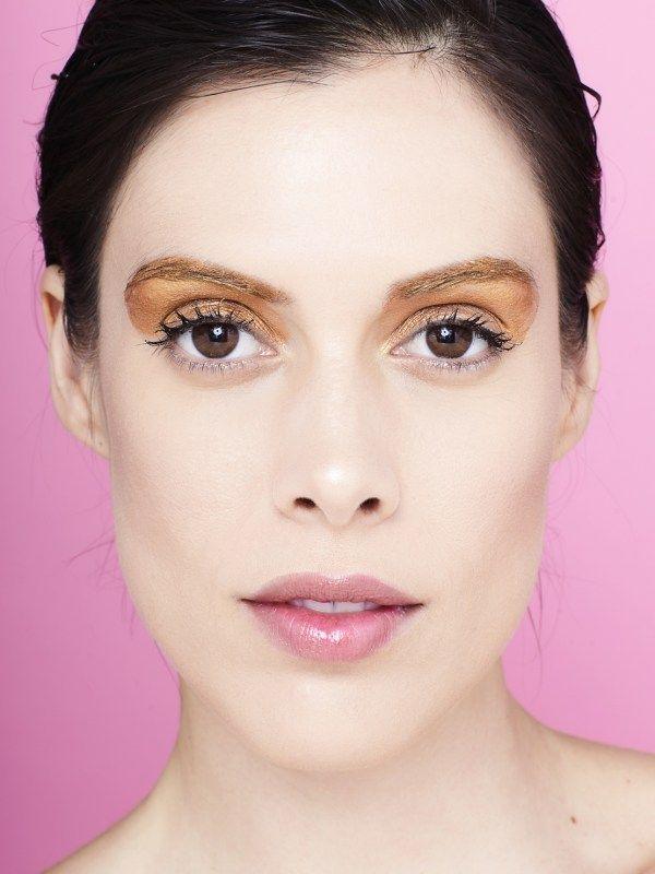 Lila Guimarães usa sombra cremosa dourada da Lush em editorial de maquiagem para o Carnaval. Foto: Victor Affaro