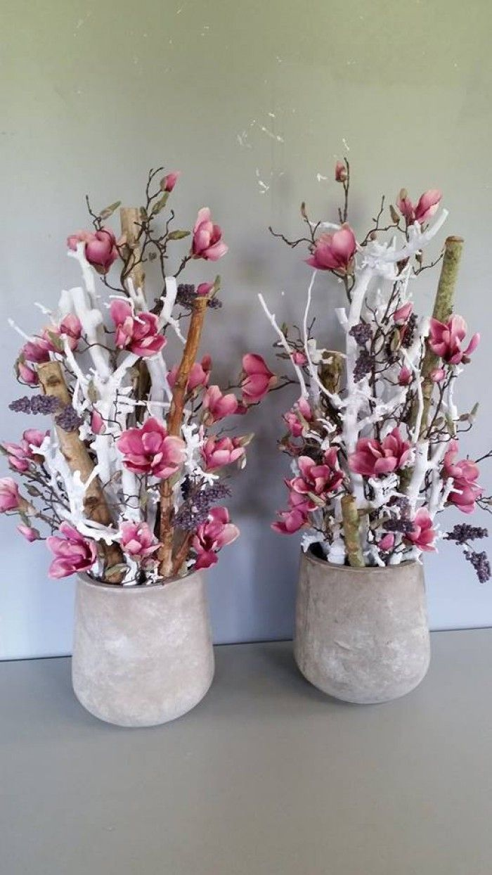 Witte decoratietakken en naturel stammen met zijde magnolia. Decoratietakken  verkrijgbaar op webshop Decoratietakken Knoops