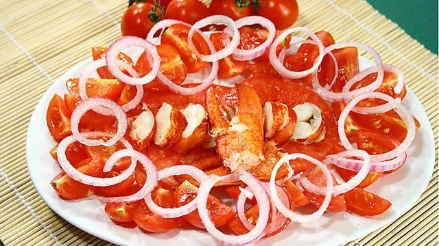 l' #ASTICE ALLA CATALANA è un #secondopiatto o #antipasto goloso, arricchito da pomodori e cipolla rossa, può anche essere realizzato con la pregiatissima #aragosta. Qui la #ricetta: http://ricette.giallozafferano.it/Astice-alla-Catalana.html #GialloZafferano #pesce #cipolle