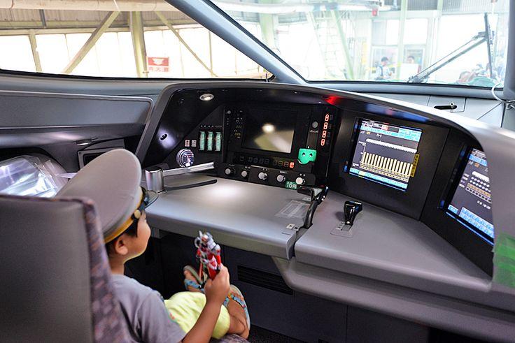 2014年7月28日(月)こんにちは。昨日の定休日は、JR東海ツアーズさんの日帰りツアーに参加。JR浜松工場で開催された「新幹線なるほど発見デー2014」を見学してきました。今年は東海道新幹線が開業50年ということで、ドクターイエローの車内初公開が目玉に用意されました!400組の定員に対して113倍の応募という抽選で見事に...ハズレを引きました(涙)ただ、ツアー特典だったN700A新幹線の運転台を見学させていただいたりと大満足。航空自衛隊浜松広報館「エアパーク」なども案内いただき、楽しい1日を過ごすことが出来ました。とても暑い1日で汗だくになりましたが、また来年も参加したいと思います。時間配分を間違えて、半分くらいしか見学できなかったので...(^^;  それでは、今日も皆様にとって良い1日になりますように☆ 【加古川・藤井質店】http://www.pawn-fujii.jp/
