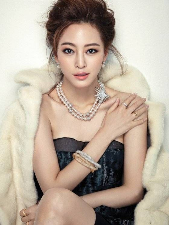 Han Ye Seul displays her classic beauty dressed in party outfits in additional photos for 'Cosmopolitan' | http://www.allkpop.com/article/2014/11/han-ye-seul-displays-her-classic-beauty-dressed-in-party-outfits-in-additional-photos-for-cosmopolitan