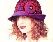 #Cappello #cloche  #viola #rosso #nero# riciclo tessuto fantasia optical parasole #primavera #estate #glamour versatile eco friendly : Cappelli, berretti di filoecoloridiila #alittlemarketit #hat #sunhat #spring #summer #recycling #purple #red #black #handmade