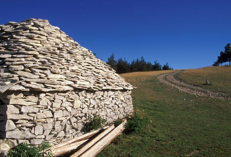 Les bergeries en pierres sèches du Contadour si chères à Giono.