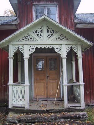 Beautiful Swedish house with traditional front porch - abandoned  www.gardsromantik.se