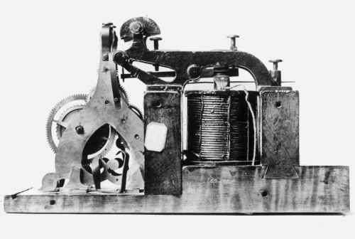 Telégrafo (1840). A invenção das telecomunicações originou uma ruptura entre espaço e tempo. Antigamente simultaneidade pressupunha localidade, o mesmo tempo pressupunha o mesmo lugar. Com a separação do espaço e do tempo, a experiência da simultaneidade separou-se da condição espacial de um lugar comum.