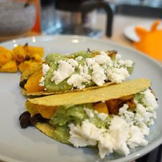 Taco's met geroosterde pompoen, bonen, guacamole en feta.