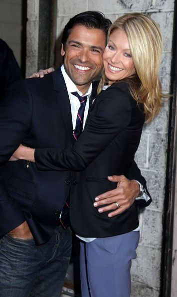 Kelly Ripa - Kelly Ripa and Mark Consuelos Pose Together