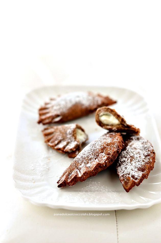 PANEDOLCEALCIOCCOLATO: Ravioli dolci fritti con farina di castagne cotte a legna e macinate a pietra