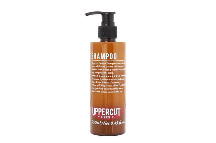 """El champú anti-irritante de regaliz y manzanilla """"Deluxe Shampoo by Uppercut"""" ayuda a hidratar y reducir la grasa del cuero cabelludo y cabello. Uppercut Deluxe Shampoo suavemente elimina la suciedad. Con extracto de menta proporciona un impulso energético y a la vez nutre el cuero cabelludo. Deja un toque de leve de aroma de eucalipto, muy refrescante y no fuerte. #cabello #champu #cuiadohombre #grooming #mengrooming #care #mencare #cabello #cuerocabelludo #uppercutdeluxe #johnscarestore"""