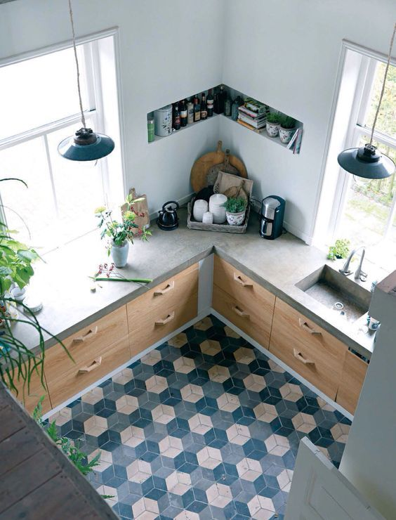 Muebles interiores de ikea forrados con puertas hechas por ebanista. La encimara es de hormigón pulido. Suelo hidráulico: