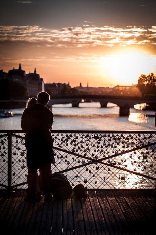A Pont des Arts, em Paris, é conhecida pelos cadeados que os casais colocam nela como símbolo de seu amor eterno. Segundo a tradição, deve-se jogar a chave no rio e a única forma de quebrar o pacto de amor seria encontrar a chave do cadeado e destrancá-lo.