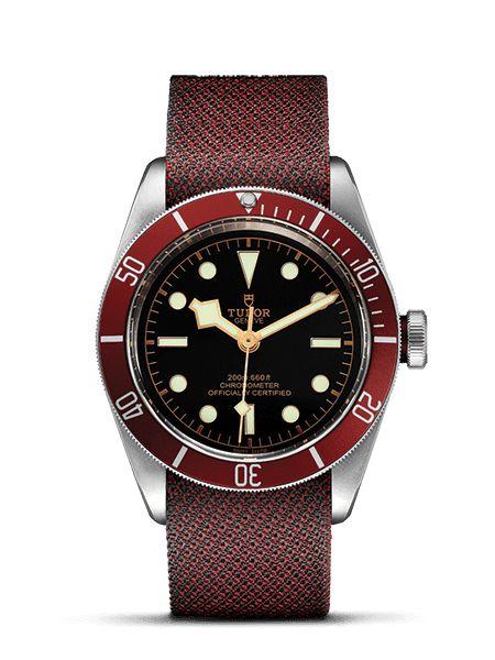 Scopri l'orologio subacqueo Black Bay, dotato di indici luminescenti e di una selezione di bracciali di splendida fattura, sul sito ufficiale Tudor