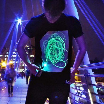 Interaktives Leucht-T-Shirt online kaufen ➜ Bestellen Sie Interaktives Leucht-T-Shirt günstig ab 24,95€ im design3000.de Online Shop mit versandkostenfreiem Versand ab 50€!